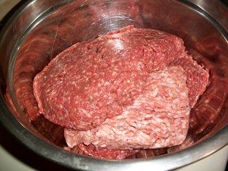 fertiges hackfleisch in der schuessel