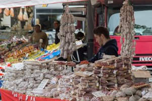 viele salamis auf einem haufen